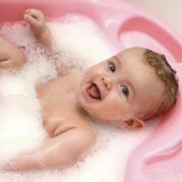 La importancia del baño en los bebés