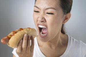 Comer rápido engorda y otros efectos negativos